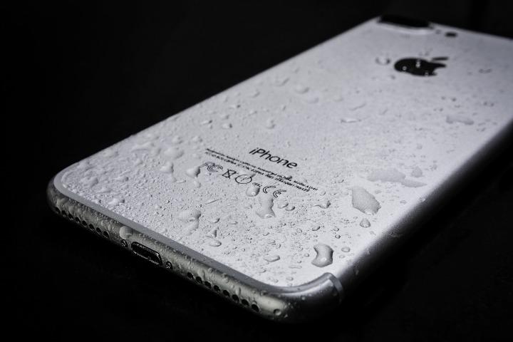 Como reparar o telemóvel depois de… cair àágua!